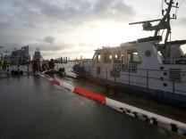 Taucher suchen nach HSV-Mitarbeiter in der Elbe