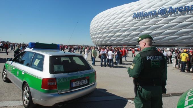 Drei Polizisten nahmen Christian B. vom Fröttmaninger Stadion mit auf die Wache. (Foto: Alexander Hassenstein/Bongarts/Getty)