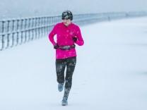Sport im Winter - in der Kälte müssen Sportler ein paar Dinge beachten, damit Joggen und Radfahren auch in der kalten Jahreszeit Spaß machen.