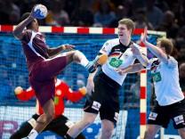 Rafael Capote Nr 9 Katar geht an Finn Lemke Nr 6 Deutschland vorbei Deutschland vs Katar