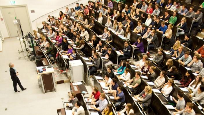 VWL an der LMU, erste große Vorlesung,  LMU-Hauptgebäude: Geschw.-Scholl-Pl. 1 - Großer Physiksaal