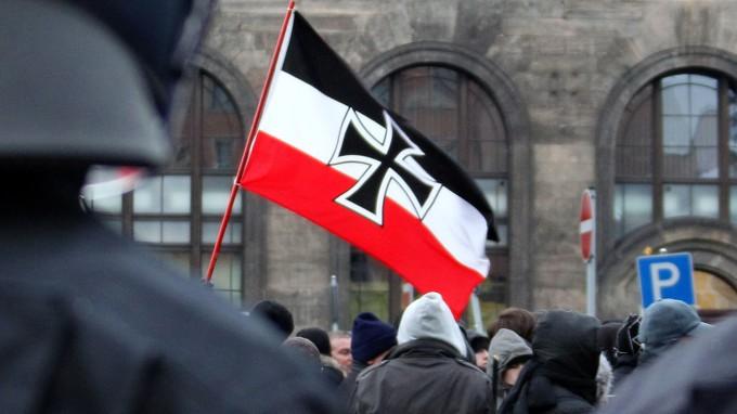 Demonstranten mit Reichskriegsflagge, einem häufig von Rechtsextremen genutzten Symbol. (Foto: dpa)