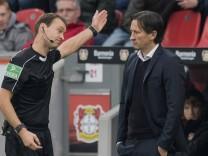 Trainer Roger SCHMIDT LEV wird von Schiedsrichter Bastian DANKERT GER l auf die Tribuene gesch