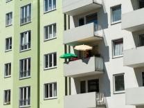 Balkon mit Sonnenschirmen in München, 2016