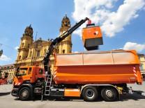 Abfallwirtschaftsbetrieb München stellt Altkleidercontainer vor, 2013