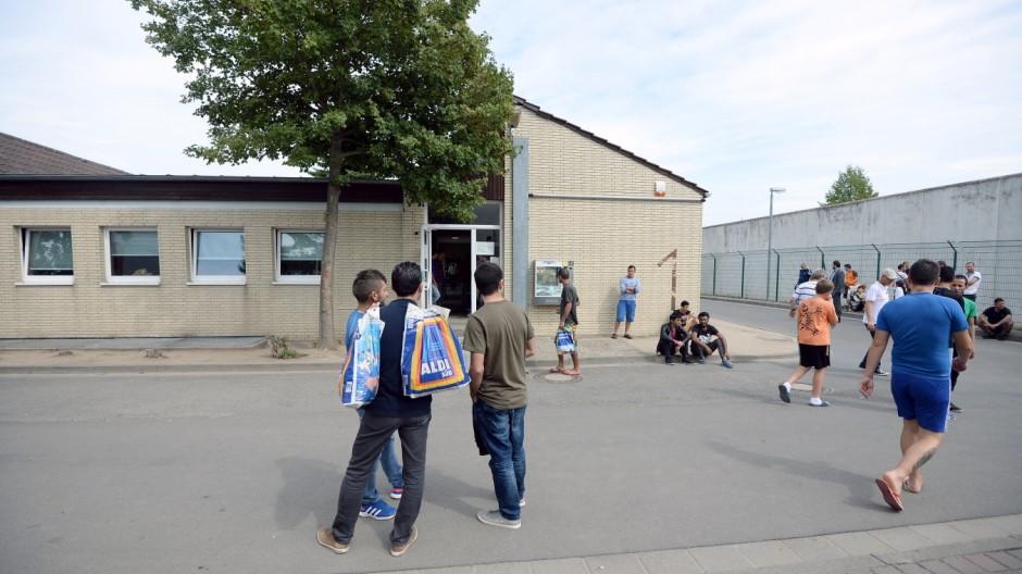 Vice Chancellor Gabriel Visits Asylum-Seekers Registration Center