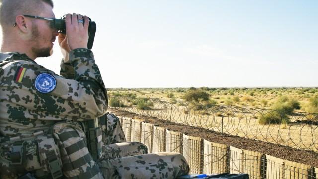 Bundeswehrsoldaten am 16 12 2016 auf Beobachtungsposten in Camp Castor in Gao Mali Die Bundeswehr