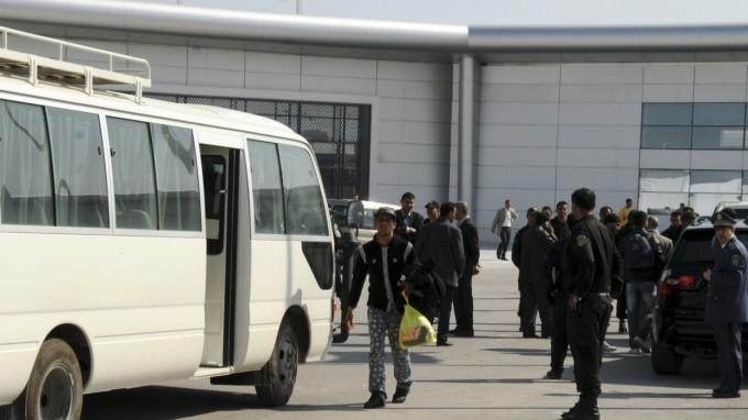 Unter den abgeschobenen Migranten, die am Flughafen in Tunis ankommen, könnte bald auch Bilel A. sein. (Foto: Hassene Dridi/AP)