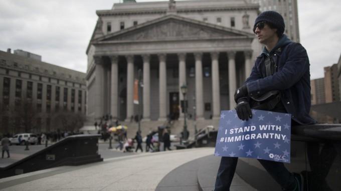 Vor dem Obersten Gerichtshof in New York protestiert ein Mann gegen strikte Zuwanderung. (Foto: AP)