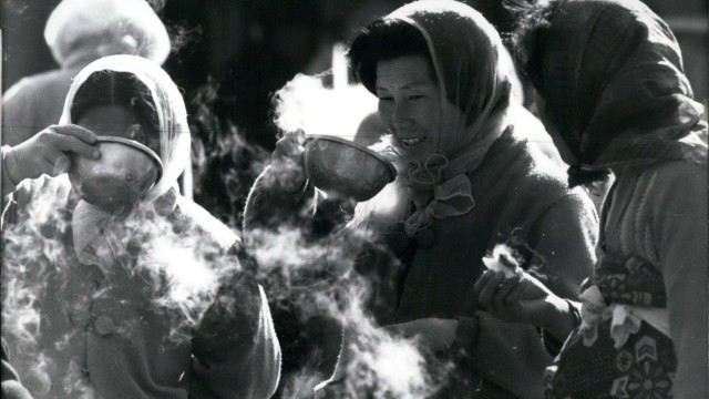 1981 South Korea Korean women the fish market of Pusan In the Winter temperatures go pretty much