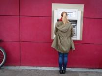 DEU Deutschland Hamburg 25 08 2014 Junge Frau am Geldautomaten der HypoVereinsbank HVB