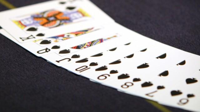 Ein aufgedecktes Pokerblatt auf einem Pokertisch.