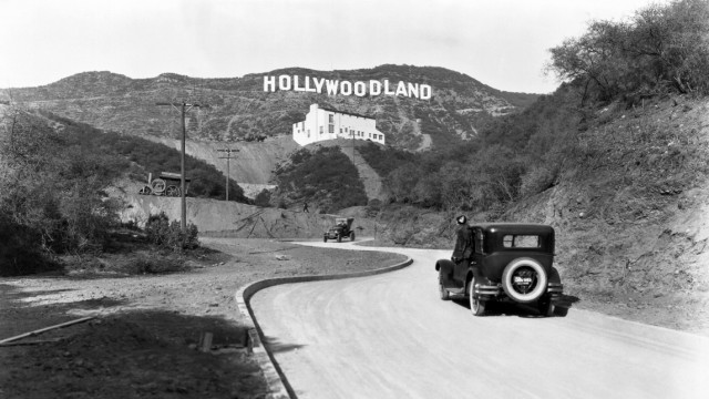 Hollywood Los Angeles Ê c 1924 A sign advertises the opening of the Hollywoodland housing develop