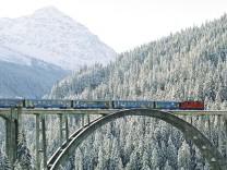 Zug in Arosa Schweiz Graubünden Skifahren Winter Tourismus Ski Bahn