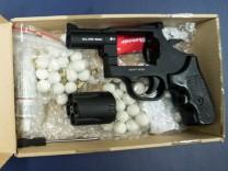 Migrantenschreck Waffen Gewehr Revolver Pistole