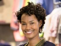 Latisha Förster in ihrem Kindermode-Laden Miramu in Obergiesing. Sie ist einst als Waisenkind aus Somalia nach München gekommen, heute ist sie Designerin und Unternehmerin.