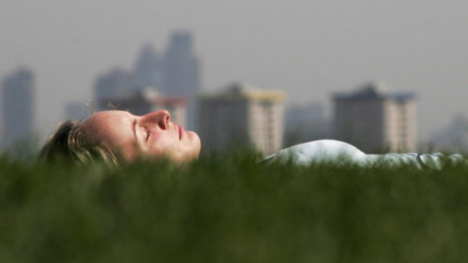 Londoners Enjoy Spring Heatwave