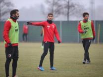 Moritz Leitner FC Augsburg 5 gibt Anweisungen bei seinem ersten Training für den FC Augsburg Hali