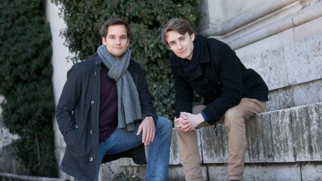 Christian Albrecht (links) und Nicolas Jakob fotografiert am Königsplatz. Die beiden haben ein Start-up gegründet, was Minderjährigen das Bezahlen im Internet und in Läden erlaubt -  das Ganze beruht auf dem Prinzip der virtuellen Prepaid Kreditkarte