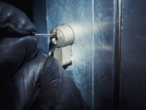 Burglar using a picklock at the door model released Symbolfoto PUBLICATIONxINxGERxSUIxAUTxHUNxONLY D