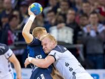 Jim Gottfridsson Nr 24 SG Flensburg Handewitt gegen Patrick Wincek Nr 17 THW Kiel SG Flensb