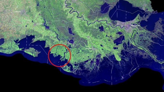 Satellitenbild der Küste von Louisiana. Rotmarkiert sind die wachsenden Flussdeltas, Wax Lake und Atchafalaya. (Foto: USGS/NASA)