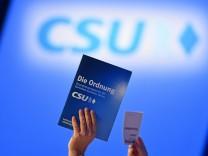 Bilder des Tages Das Grundsatzprogramm der CSU wird verabschiedet Abstimmung Feature Randmotiv Stimm
