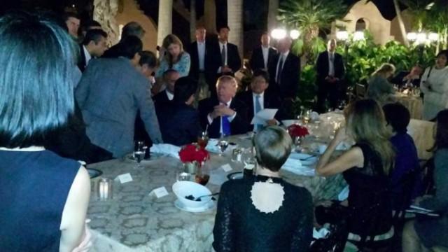 Trump und Abe während des Abendessens