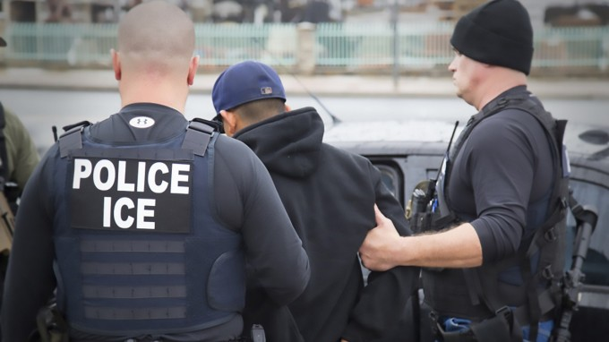 Agenten der US-Abschiebebehörde ICE nehmen einen illegalen Einwanderer fest. (Foto: AFP)