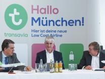 Alexandre de Juniac l r CEO Air France KLM Mattijs ten Brink Chairman der Transavia und Dr Mi