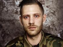 Porträtserie zum Thema wiedereingeführte Wehrpflicht in Litauen. Die abgebildeten Personen sind jedoch KEINE Soldaten, sondern nur Zivilisten im immer gleichen Armee-Hemd.