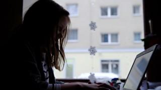 Junges Mädchen am Laptop