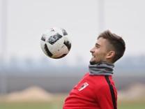 Moritz Leitner FC Augsburg 5 jongliert fixiert spielt den Ball FC Augsburg Training Saison 20