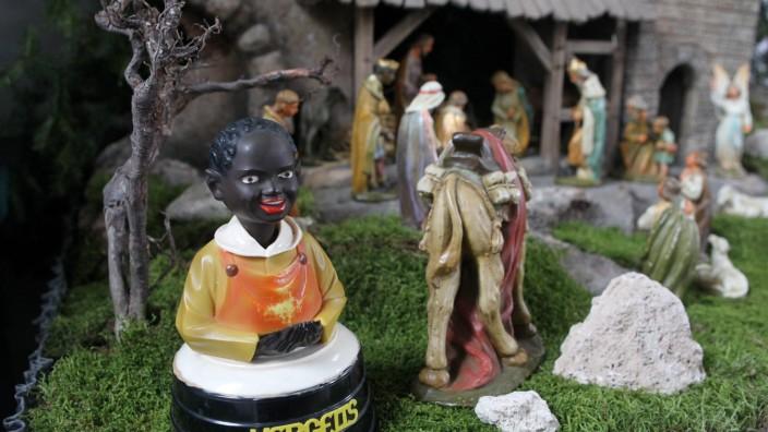 Spendendose mit Figur eines afrikanischen Kindes Nickneger an einem Krippenensemble in der katho