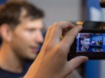 Im Bild Frank MAUER EHC Red Bull München 28 wird beim Interview gefilmt xmfx; Eishockey