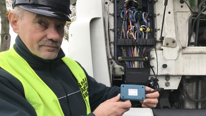 Polnischer Polizist mit AdBlue-Emulator