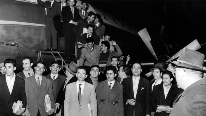 Türkische Gastarbeiter treffen in Deutschland ein