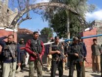 Polizisten halten nach Anschlag Wache vor Gerichtsgebäude in Pakistan