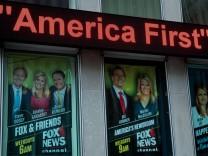 """Werbeplakate für Fox-News-Formate. Mit """"Fox & Friends"""" etwa beginnt Präsident Trump sein Tagwerk."""