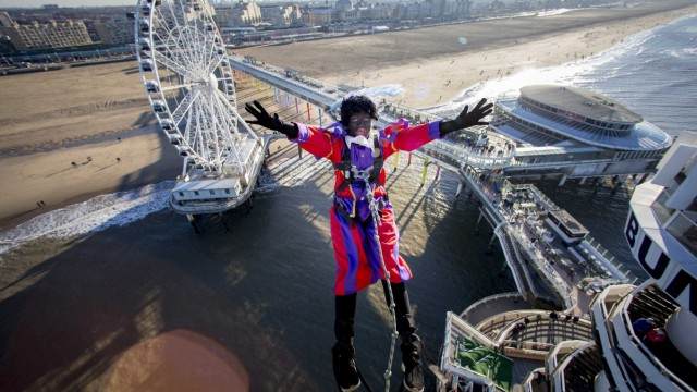 Black Pete bungeejumps in Scheveningen