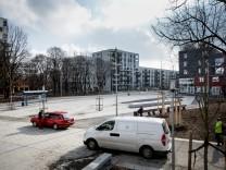 neuer Stadtplatz am Ackermannbogen (Ecke Petra-Kelly- und Adams-Lehmann-Straße)