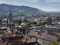 Blick auf Freiburg vom Turm des Freiburger Münsters links das Martinstor Freiburg im Breisgau Bad