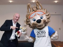 Fussball International 07 02 2017 FIFA Praesident Gianni Infantino li Schweiz mit dem FIFA WM 201