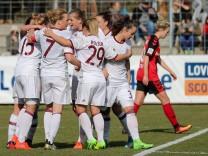 Spielerinnen des FC Bayern München jubeln über das Tor zum 2 3 Jubel Torjubel Torerfolg celebrat