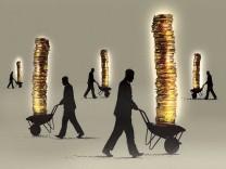 Geschäftsmänner schieben Geldstapel in Schubkarren PUBLICATIONxINxGERxSUIxAUTxONLY GaryxWaters 11590