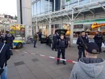 Polizisten sichern in Heidelberg die Stelle ab, an der ein Autofahrer absichtlich Passanten angefahren hatte.
