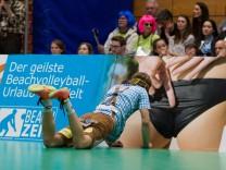 Libero Ferdinand TILLE 7 HER bremst bei Abwehrversuch knapp vor einer Werbebande Volleyball TS; Volleyball