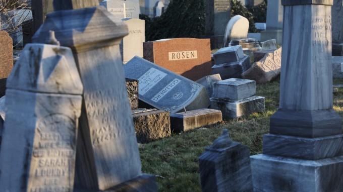 Vandalismus auf dem Mount Camel Friedhof in Philadelphia: Unbekannte haben Hunderte Grabsteine zerstört. (Foto: AFP)