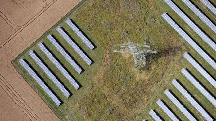 Solaranlage mit Strommast in Brandenburg