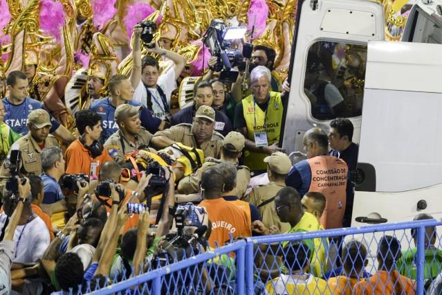 Karneval in Rio Unfall bei Parade der Sambaschulen RIO DE JANEIRO RJ 28 02 2017 DESFILES DE CAR